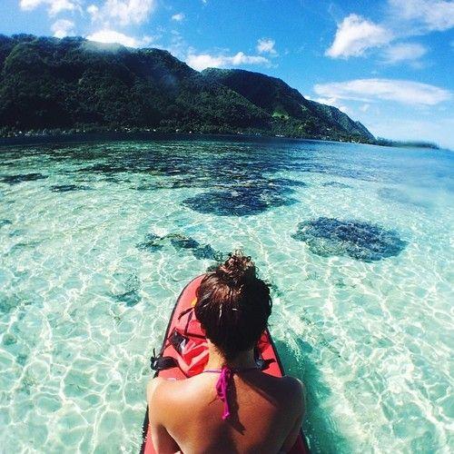 Jente med krystallklar strand