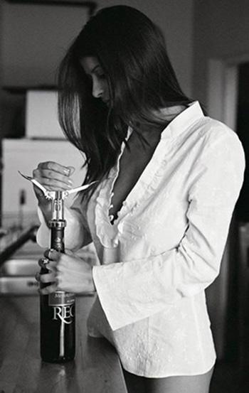 Jente med en flaske champagne