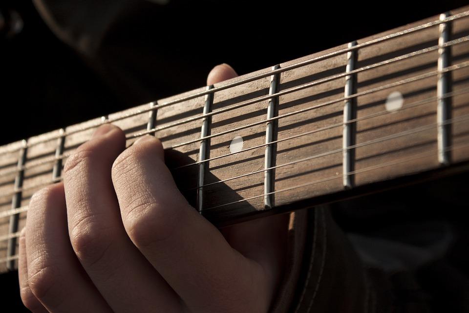 Du spiller gitaren